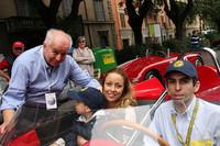 スタンゲリーニ家集合。クルマの外にいるのがヴィットリオの息子で現フィアットディーラーのオーナーであるフランチェスコ・スタンゲリーニ氏(左)。その右奥で見守っているのがシモーナ夫人。クルマに乗っているのは彼の息子シモーネ・スタンゲリーニ氏と夫人、3歳になる息子のヴィットリオくん。