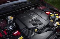 電気モーターが組み合わされる、2リッター水平対向4気筒エンジン。JC08モードの燃費値は、20.4km/リッター。