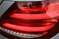リアコンビランプには、細かな粒子が輝くように見えるデザイン手法を採用。視認性の向上が図られている。