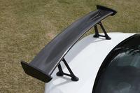 「SUPER GTのGT300クラスで戦うレーシングカーのイメージを取り入れた」という「GT PACKAGE」には、カーボン製のリアスポイラーやブラック塗装のアルミホイールなどが装備される。