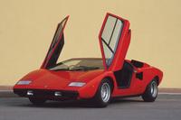 「ランボルギーニ・カウンタックLP400」。パフォーマンスはもとより、マルチェロ・ガンディーニ氏の手になる個性的なデザインで広く知られる。