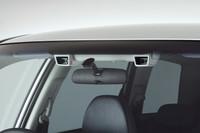フロントウィンドウの奥に見えるのが「アイサイト」。左右両端のステレオカメラを使って、前方の他車や障害物をチェック、事故を予防するシステムだ。