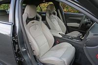 スポーティーなレカロ製16ウェイパフォーマンスシートが標準で備わる。