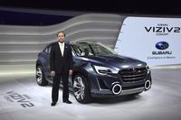 「スバル・ヴィジヴ 2 コンセプト」と富士重工業 取締役専務執行役員の池田智彦氏。