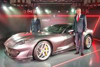 「フェラーリ812スーパーファスト」の披露会にて。フェラーリの極東・中東エリア統括CEO ディーター・クネヒテル氏(写真右)と、フェラーリ・ジャパン&コリア代表取締役社長のリノ・デパオリ氏(同左)。