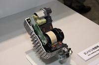 アイシンのブースに展示されていた、新型プリウス用「電動ウォーターポンプ」。エンジン駆動による従来の形式と比べ、コンパクトでパワーロスがなく、エンジンの暖機時間も短縮できるため、燃費の向上に貢献するという。