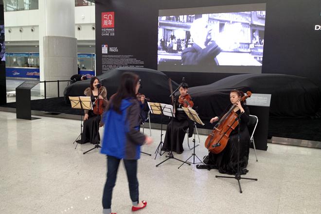 プレスデイ前日の2014年4月19日、中国-フランス国交回復50年記念ブースで。ジョルジュ・ビゼーが作曲した「アルルの女」の「ファランドール」の練習が繰り広げられていた。後方のシートをかぶっているクルマは、ド・ゴール大統領の「シトロエンDS」と、近年のDSコンセプトカー「ニュメロ・ヌフ」。