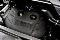 エンジンは2リッター直4ターボ(240ps、34.7kgm)のみ、トランスミッションはZFの9段AT(9HP48型)のみと、「イヴォーク」と同じ構成。欧州では2.2リッター直4ディーゼル2種(190ps版と150ps版)も用意される。