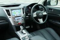 比較的タイトなコクピット空間が演出されていた4代目までと比べると、運転席まわりは確実に広くなった。また、電子制御パーキングブレーキを採用するなど、インターフェイスも一新された。