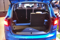 荷室側から見た室内。2列目、3列目のシートを前倒しすることで積載スペースを拡大できる。