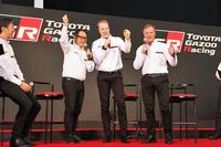 """""""We hate losing. Let's win together!""""(われわれは負け嫌いだ。いっしょに勝とう!)と声をそろえる、(写真左から)豊田章男社長、ヤリ-マティ・ラトバラ選手、トミ・マキネン代表。"""
