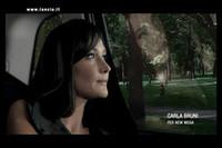 サルコジ大統領夫人、ランチアのCMで「リムジンを葬る」 の画像