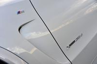 前ホイールアーチの後方には、最近のBMW車に順次採用されている空力デザイン処理「エア・ブリーザー」が設けられている。