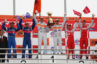 GT500クラス表彰式。右から、2位RAYBRIG NSX(ドミニク・シュワガー/細川慎弥組)、優勝のARTA NSX(伊藤大輔/ラルフ・ファーマン組)、3位No.22 MOTUL AUTECH Z(ミハエル・クルム/松田次生組)。