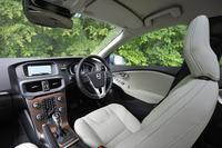 「V40 D4 SE」のインテリア。テスト車にはオプションの本革シートが採用されていた。