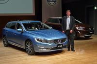 2014年モデルの「V60」「XC60」と、ボルボ・カー・コーポレーション シニアセーフティマネージャーのヤン・イバーソン氏。