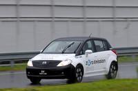 【実験車両スペック】駆動方式:モーター前置き前輪駆動/モーター+リチウムイオンバッテリー(モーター:80kW/28.5kgm、バッテリー:345V/24kWh)/航続距離:160km(US LA4モード)/最高速度:140km/h/定員:4〜5名