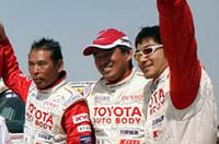 オートクラスで完走した日本人の池町佳生(中央)と浅賀敏則(左)。池町は市販車クラスで準優勝(総合22位)