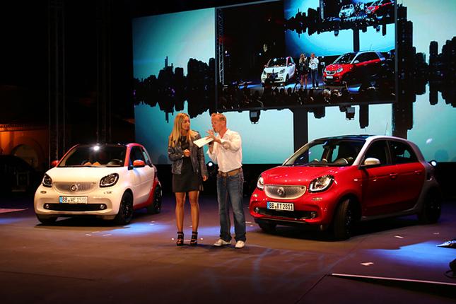 「スマートタイムズ2014」のオープニングセレモニーの様子。わずか2日前、7月16日にドイツで発表されたばかりの新型「スマート・フォーツー/フォーフォー」が、世界で初めて一般に公開された。