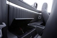 「ブレラ」と違い2シーターの「スパイダー」。フロントシート後ろには、十分にものが置けるスペースと、その下には蓋付きの小物入れが備わる。