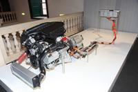 ハイブリッドシステムは、エンジンとトランスミッションの間に55psのモーターを挟み込んだもの。リチウムイオンバッテリーは、トランクルーム前方に搭載され、重量配分の最適化が図られている。