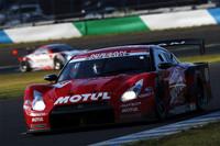 No.23 MOTUL AUTECH GT-R。第7戦に続く猛烈な追い上げを見せてレースには見事勝利したものの、年間チャンピオンの座には手が届かなかった。