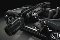 黒とアルミの銀色が強いコントラストを織りなすインテリア。