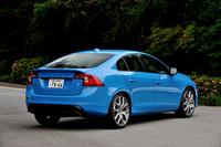 ボルボS60ポールスター     ボディーサイズ:全長×全幅×全高=4635×1865×1480mm/ホイールベース:2775mm/車重:1780kg/駆動方式:4WD/エンジン:3リッター直6 DOHC 24バルブ ターボ/トランスミッション:6AT/最高出力:350ps/5250rpm/最大トルク:51.0kgm/3000-4750rpm/タイヤ:(前)245/35ZR20 (後)245/35ZR20/車両本体価格:799万円
