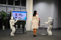 新型ASIMOは来客の対応にあわせて自分の行動を変更できるほか、他のASIMOと協調して作業を行うこともできる。