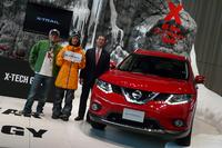 新型「日産エクストレイル」と片桐隆夫 日産自動車副社長(右)、発表会のスペシャルゲストとして登場したプロスノーボーダーの角野友基選手(中央)、司会を務めたDJのピストン西沢さん(左)。