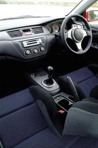 Recaroシート、Momo製ステアリングホイールなどで、スポーティに装ったインテリア。メーターナセル内には、中央に大径のタコメーターが配される。