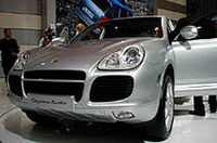 ポルシェ初のSUV「カイエン」。2003年の春にわが国へ導入される予定で、NAモデルには860.0万円、ターボモデルには1250.0万円のプライスタグが付けられる。
