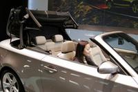 ルーフは、流行のメタルではなく、ファブリックが選ばれた。車内のボタンかリモコン操作で開閉できる。