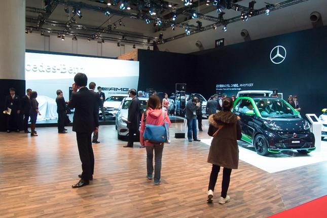 メルセデス・ベンツ/AMG/スマートが展示されるダイムラーAGブース。