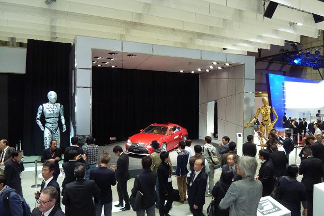 2013年11月20日の、プレスデイ初日のレクサスブースの様子。こちらは「レクサスRC300h」の展示スペース。