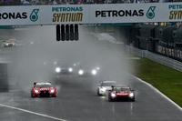 後続車両が見えなくなるほどの水しぶきを上げながら、GT500クラスの各マシンがスタート。