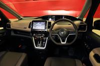 新型「セレナ」の運転席まわり。細身のAピラーや低く抑えたメーターなどにより、従来モデルを上回る広々とした視界を確保している。