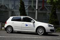 テスト車は、「ゴルフGT TSI」。実際にフォルクルワーゲンのエコドライブ トレーニングで使われている車両で、「モダンドライブ」と呼ばれる計測器が搭載される。これは、走行距離や時間、瞬間燃費に通算燃費、さらに、CO2排出量やエンジン回転数など、あらゆる走行データーを記録できるエコドライブ計測器だ。