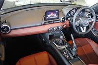 「ロードスターRED TOP」のインテリア。ダッシュボードやシートには赤褐色のナッパレザーを採用している。