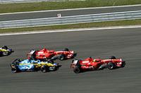スタートシーン。アロンソがシューマッハーに並びかけたが抜くには至らず。1コーナーでルノーの挙動が一瞬不安定になったのと連鎖して、後方ではジャンカルロ・フィジケラがスピン。ニック・ハイドフェルドらを巻き込んで混乱が起きたが、セーフティカーは出動ならなかった。(写真=Ferrari)