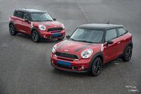 名前は「MINI」なのに、ボディーサイズはちっともミニじゃない「MINIクロスオーバー」(奥)と、その3ドアバージョンの「MINIペースマン」(手前)。(写真=BMW)