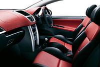 写真は「207CC Premium」「207CC GT」に採用される、インテグラルレザー仕様。シートとドアトリムの他、ダッシュボード上面もレザーで覆われる。