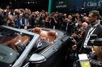 「メルセデス・ベンツSクラスクーペ」に乗るダイムラーのディーター・ツェッチェCEO。