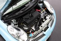写真は「12E」の1.2リッターエンジン(90ps、12.3kgm)。追加された1.5リッターは109ps、15.1kgmというスペック。