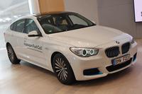 今回の発表会場には、「BMW 5シリーズ グランツーリスモ」をベースとする試験車両が展示された。