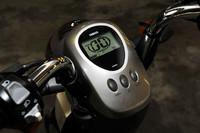 速度やバッテリー残量、スイッチによる運転モードの切り替え(標準/パワー)などの機能を備える液晶メーターは、2002年デビューの「Passol」から大きく変わっていない。逆に言えば、8年前にバッテリー以外は完成の域にあったということでもある。