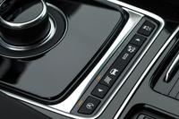 ダイヤル式のATセレクターの手前には、走行モードの選択スイッチがレイアウトされる。