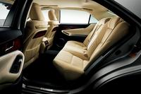 後席の様子。「クラウン」よりも75mm長いホイールベース持つ「クラウンマジェスタ」は、前後座席間距離もそのまま75mm長くなっている。