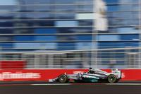 今季7回目のポールポジションから9勝目をマークしたハミルトン。一度もリードを譲ることなく、まさに圧勝だった。これでチャンピオンシップのリードをさらに7点増やし、ランキング2位ロズベルグに17点差をつけたことになる。ハミルトンは、ナイジェル・マンセルの持つイギリス人ドライバー最多勝記録に並ぶ、通算31勝目を記録した。(Photo=Mercedes)