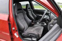 合成皮革とファブリックからなるノーマルシートは、21万円の上乗せで写真のレカロ製スポーツシート(アルカンターラ×本革)に変更できる。
